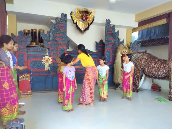 learning traditional balinese dance